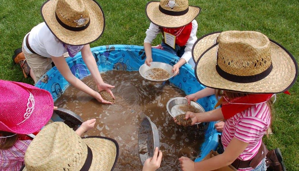 enfants jouent aux chercheurs d'or du grand Ouest