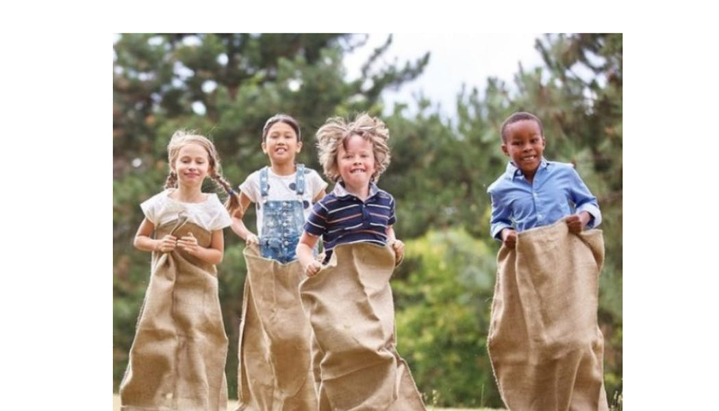 enfants faisant une course en sac