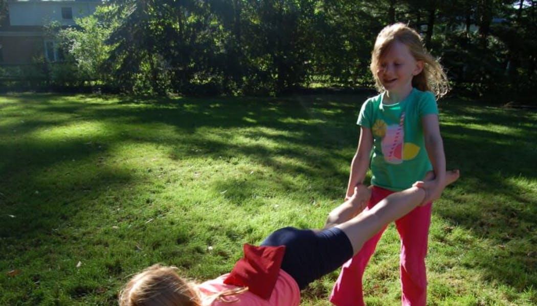 enfants faisant brouette