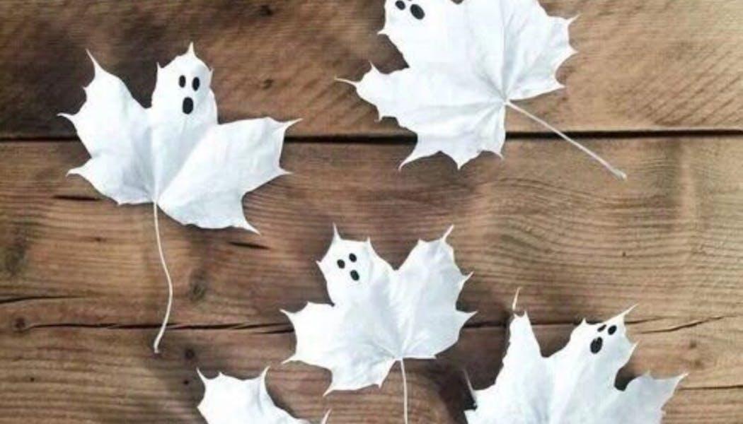 des feuilles devenues des fantômes d'Halloween