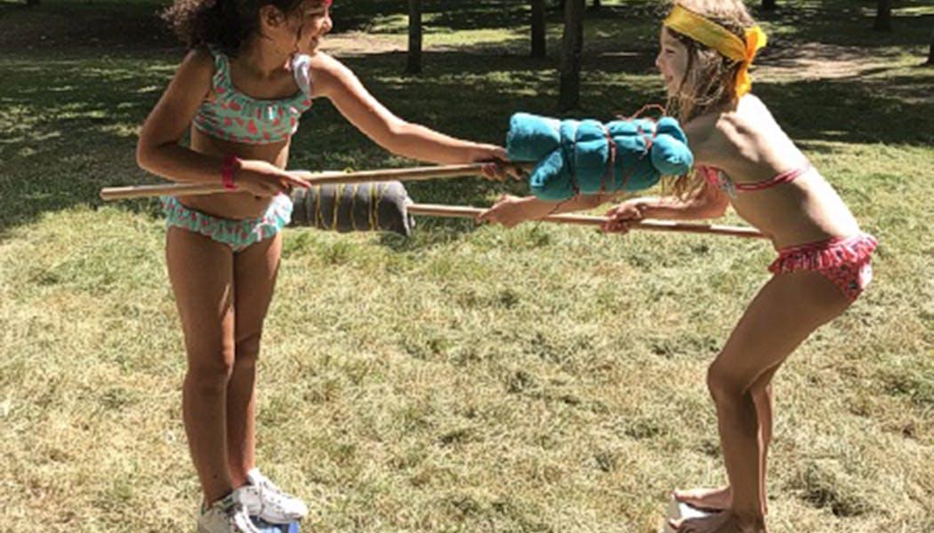 enfants sur des poteaux
