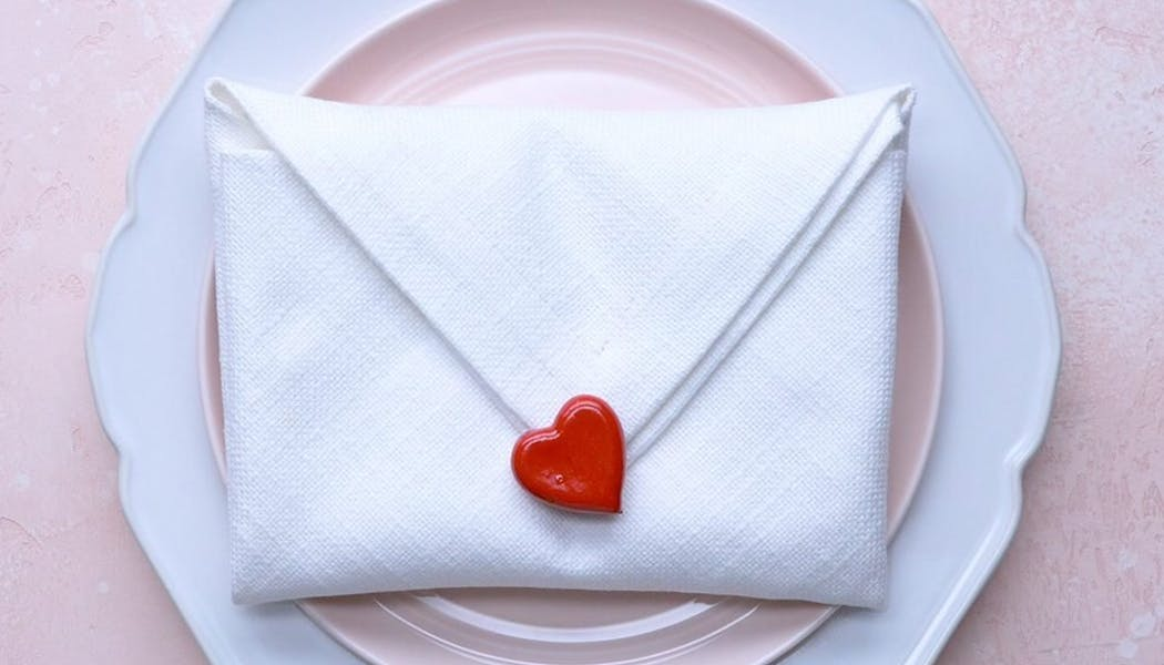 Pliage de serviette en enveloppe de lettre