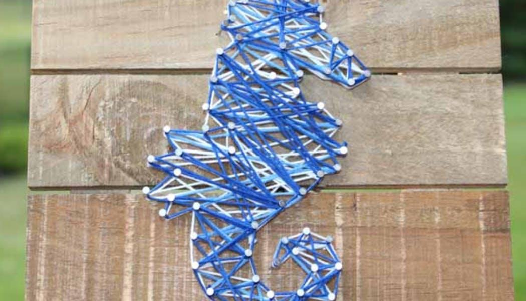 un hippocampe en string art