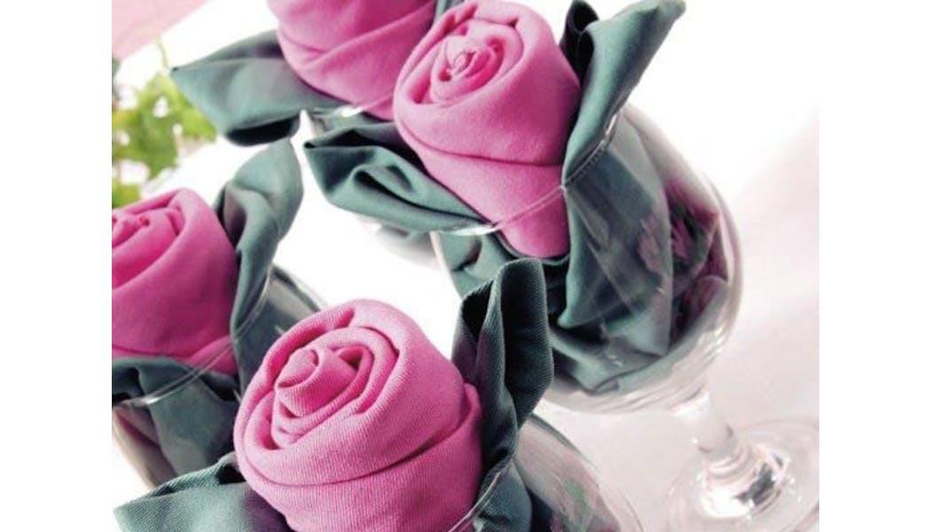 Pliage de serviette en rose