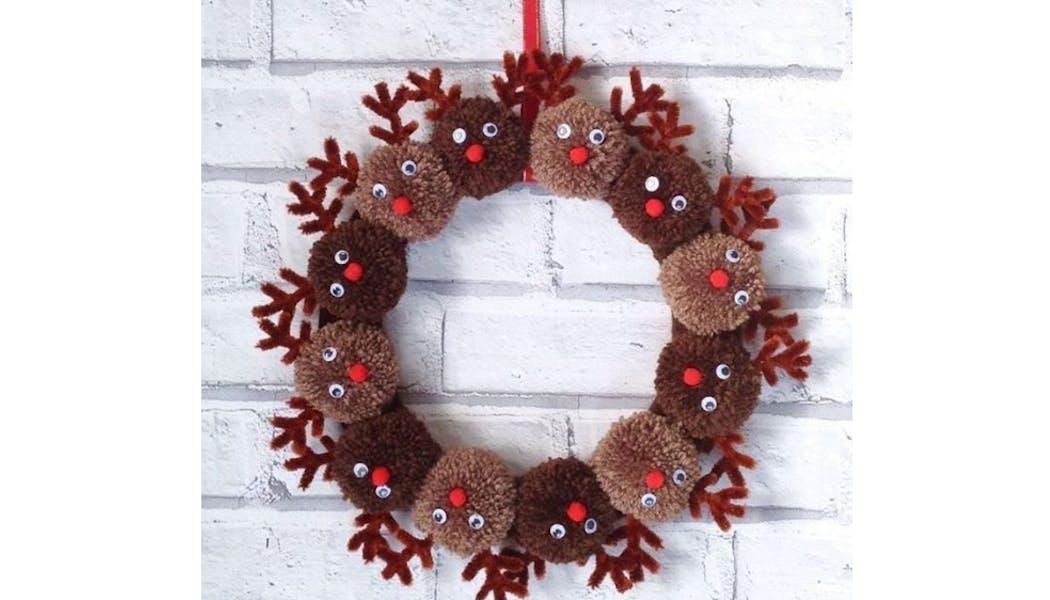 Une couronne de Noël de rennes Rudolph en pompons