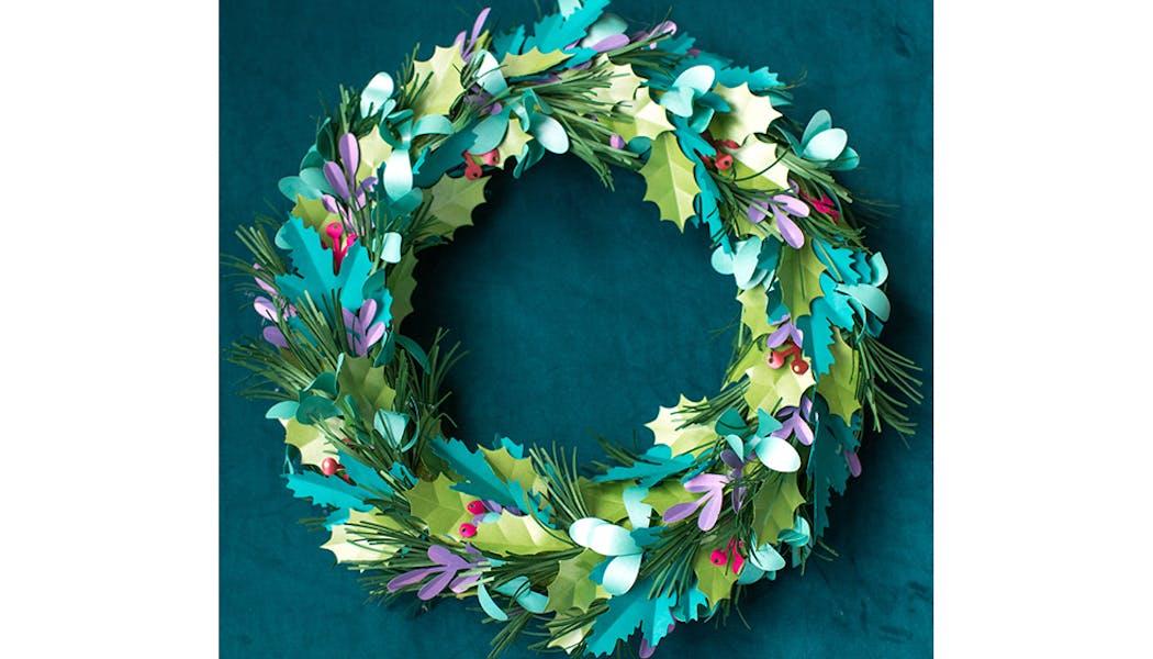 Une couronne de Noël de feuilles en papier brillant