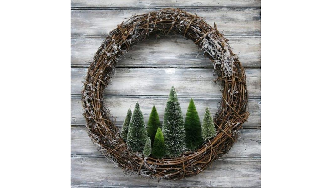 Une couronne de Noël en brindilles de bois