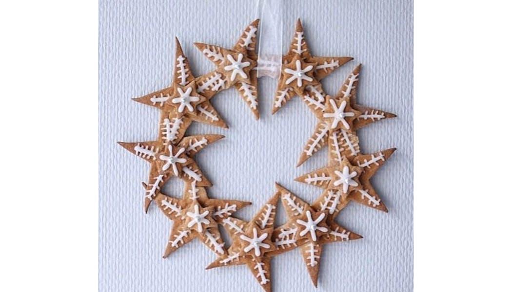 Une couronne de Noël en sablés étoilés