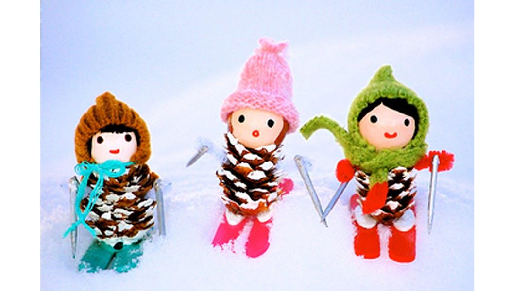 petites skieuses en pommes de pin