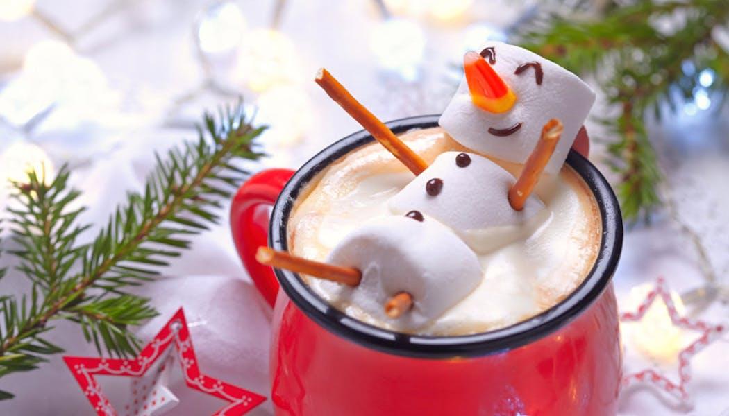 Un bonhomme de neige dans un bon chocolat chaud