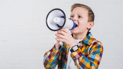 garçon avec haut parleur