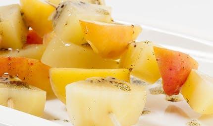 Brochettes de kiwi et d'autres fruits à la vanille