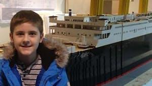 Ce garçon autiste a construit la plus grande réplique du Titanic en Lego