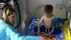 Ce papa transforme les draps d'hôpitaux en plateaux de jeux !