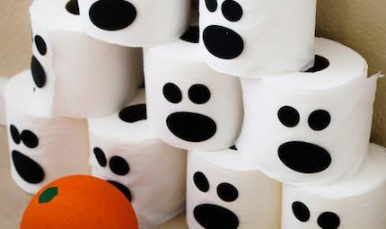 Chamboul'tout d'Halloween avec des rouleaux de papier toilette