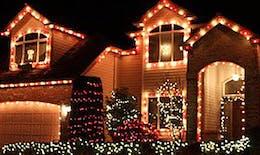 Coronavirus : ils installent les décorations extérieures de Noël pour apporter un peu de joie pendant le confinement