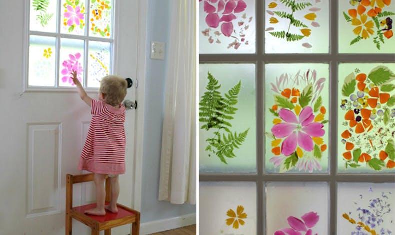 Décorer les vitres avec des pétales de fleurs