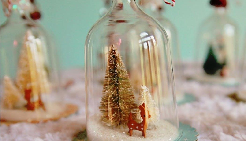Des boules de Noël, issues de bouteilles