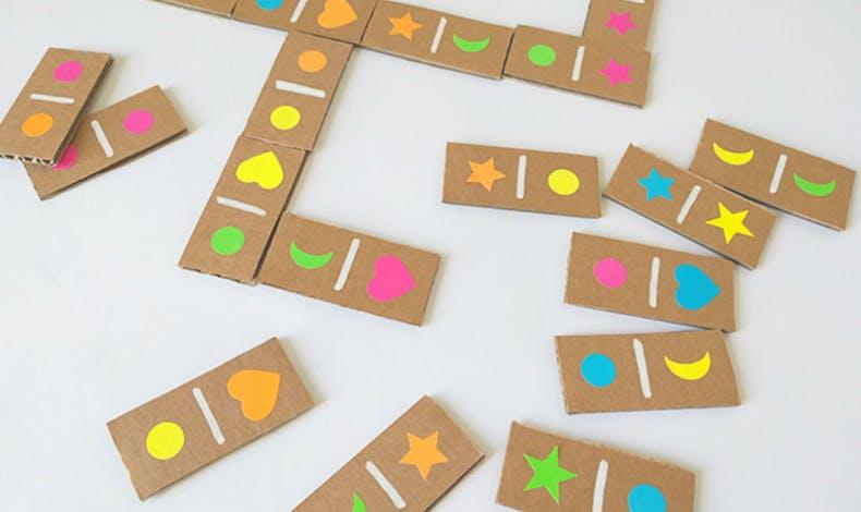 Des dominos en carton