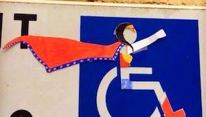 Elle détourne les panneaux de stationnement pour handicapés et c'est génial !