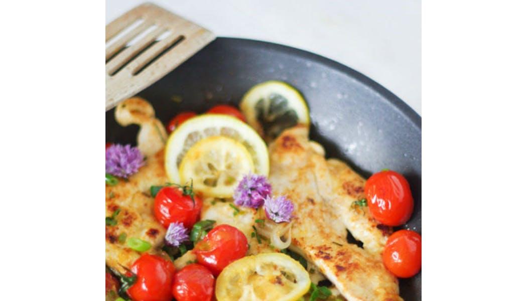 Escalopes de poulet aux tomates cerise et fleurs de       ciboulette