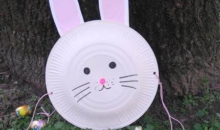 Un panier de Pâques avec des assiettes en carton