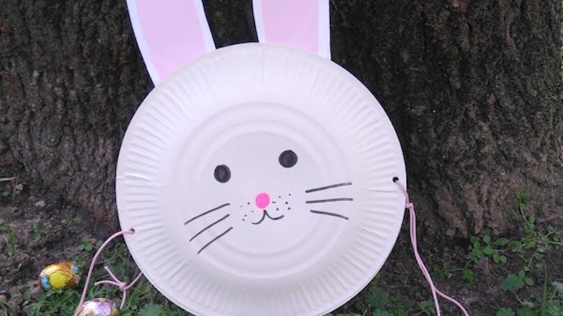 Fabriquer un panier de Pâques avec des assiettes en       carton