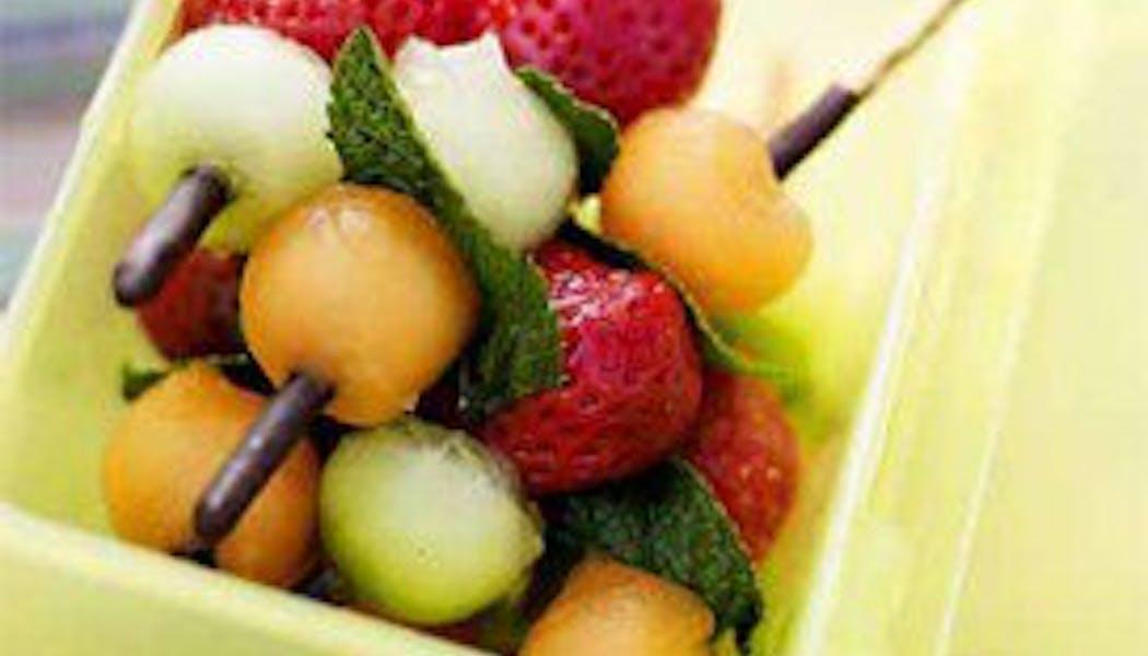 Faire des brochettes de fruits