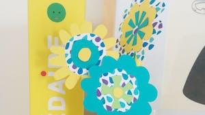 Fleurs avec des pailles et du papier