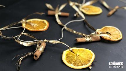 Guirlandes d'oranges séchées et de cannelle