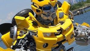 Il fabrique d'incroyables costumes Transformers à partir de déchets de poubelles !