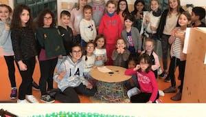 Ils fabriquent le plus grand scoubidou du monde pour relier leurs deux écoles