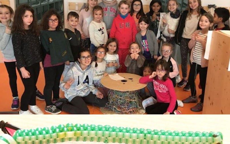 écoliers fabriquent le plus grand scoubidou du       monde