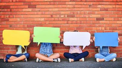 enfant tenant un carton