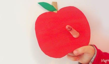 La pomme et son pote le ver de terre