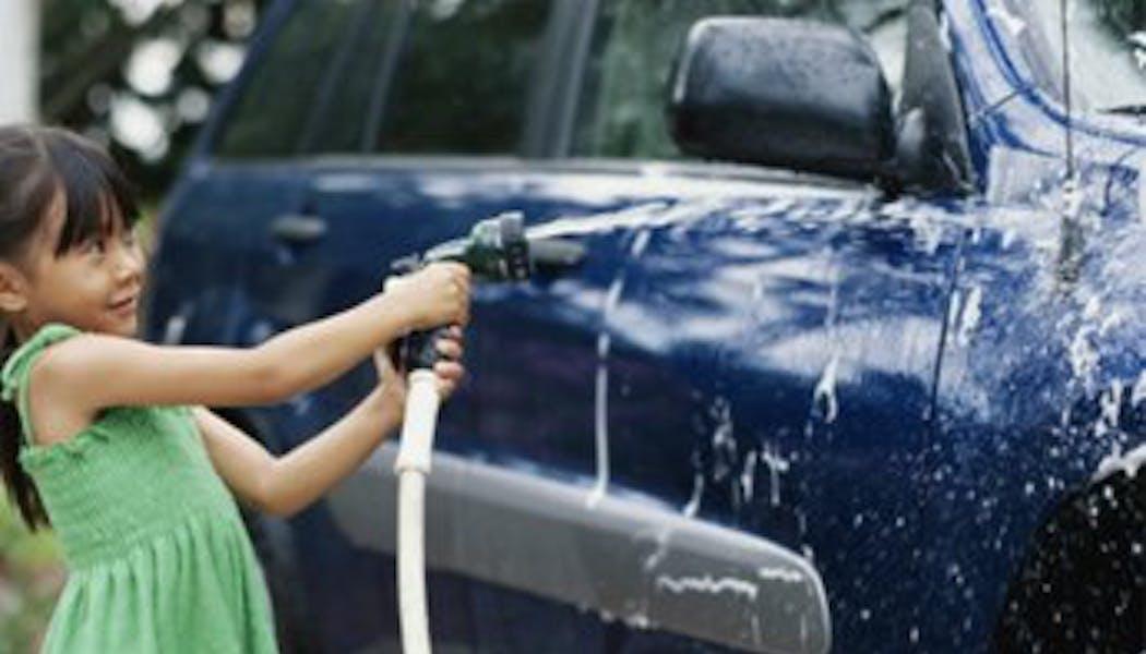 Laver la voiture et faire plein de mousse
