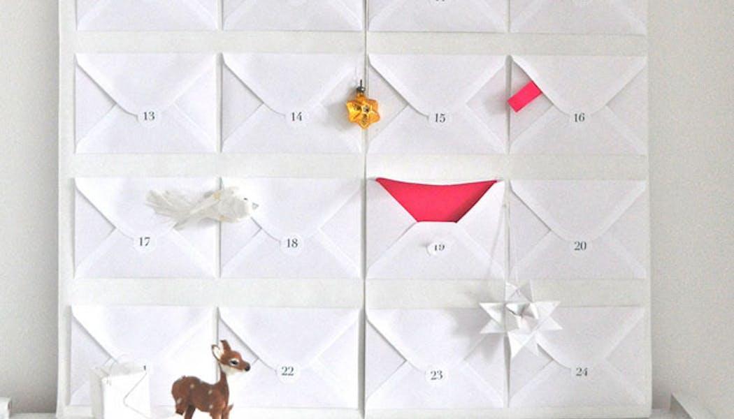 Le calendrier de l'Avent avec des enveloppes