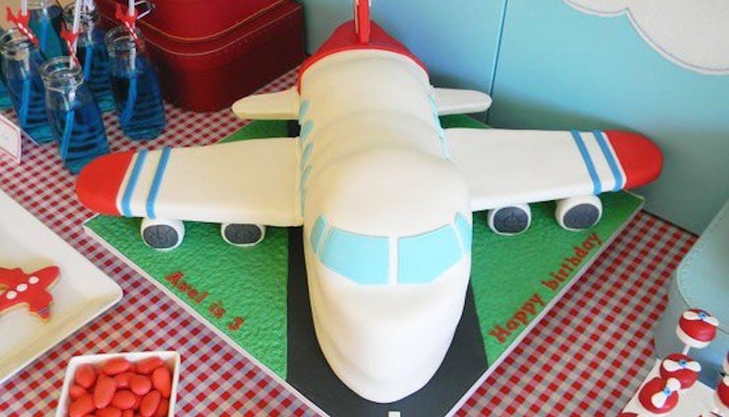 Le gateau d'anniversaire avion