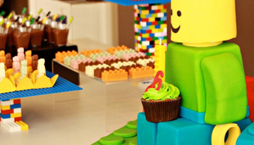 Le gâteau Lego assis chez lui
