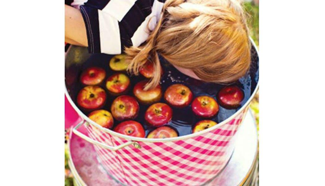 Le jeu des pommes dans l'eau