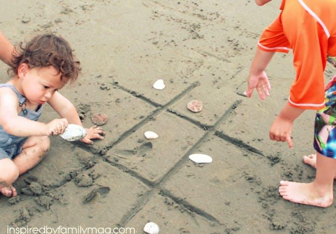 morpion avec des coquillage sur le sable