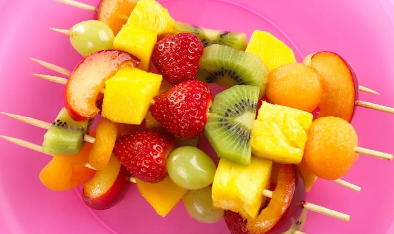 Les brochettes de fruits colorées