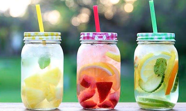 Les fruits infusés dans l'eau fraiche