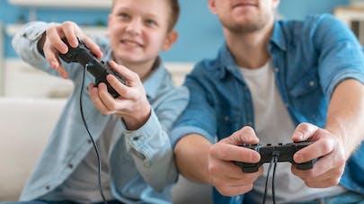 père et fils jouant aux jeux vidéo