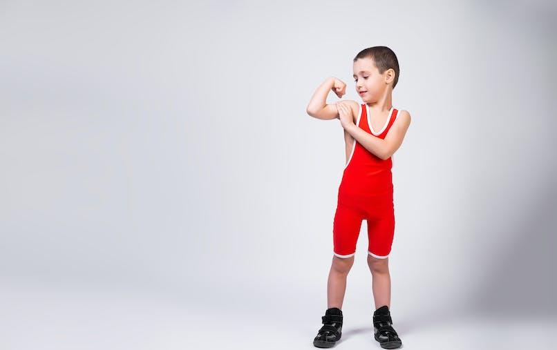 enfant en tenu de catch rouge