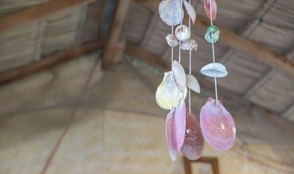Mobile en bois flotté, coquillages et verre poli