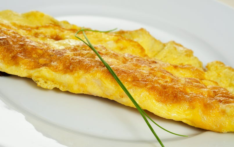 omelette nature au beurre avec un brin de       ciboulette