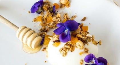 Panna cotta au fromage blanc, aux abricots et aux       fleurs de violette