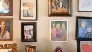Pendant 11 jours, elle remplace les photos de famille par des dessins au crayon de couleur et personne n'a rien remarqué !