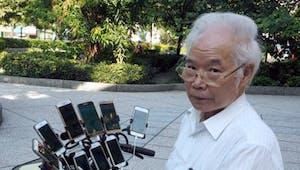 Pokémon Go : à 70 ans, ce grand-père accro joue avec 11 téléphones portables !
